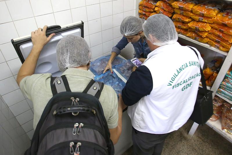 De acordo com o texto de Delmasso, os estabelecimentos de alimentação devem ter os alvarás de funcionamento e sanitário devidamente licenciados pelos órgãos competentes