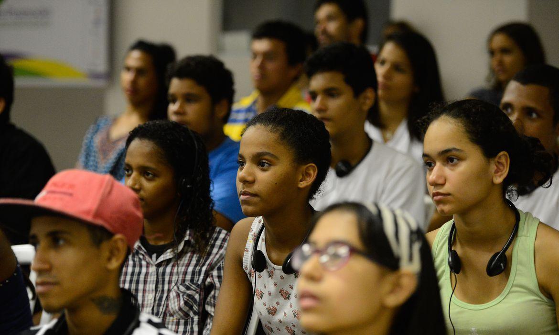 Pela proposta, a sociedade participará, em colaboração com o poder público, da formação das políticas públicas e dos programas destinados aos jovens, assegurada sua representação em órgãos governamentais destinados a estes fins