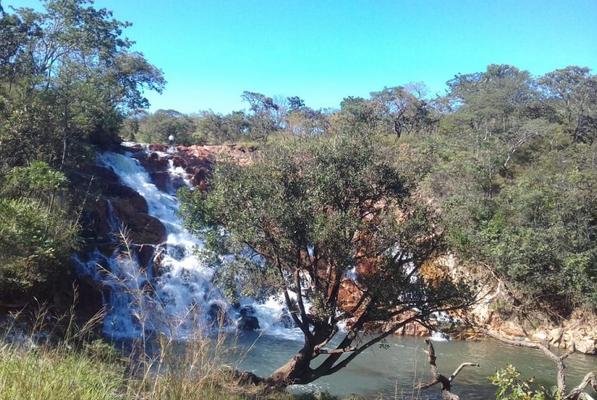 Ao longo de seus 25km de extensão, o rio Melchior chega a ter corredeiras e cachoeiras, mas sofre com o alto fluxo de esgoto e descarte de resíduos industriais