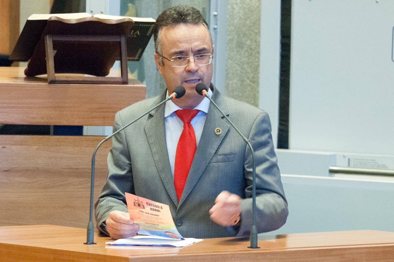 f7007a75b37 Deputados criticam demora no envio de projeto para regularizar igrejas. Renato  Andrade ...
