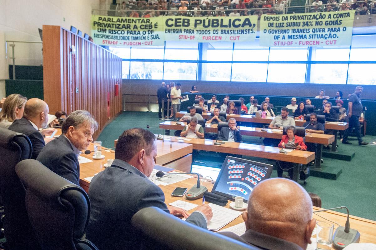 Câmara Legislativa debate privatização da CEB